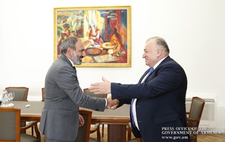 Премьер-министр принял знаменитого пловца Шаварша Карапетяна