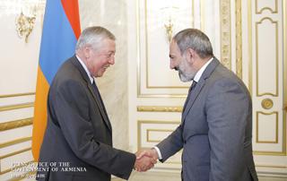 Nikol Pashinyan receives François Rochebloine