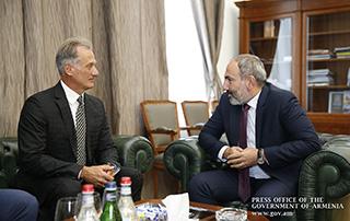 Премьер-министр принял известного легкоатлета Роберта Эммияна