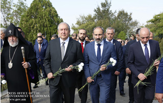 PM visits Yerablur pantheon on 27th anniversary of Armenia's independence