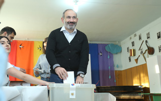 PM votes at polling station 8/16 in Yerevan