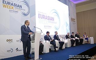 """Nikol Pashinyan a participé à l'ouverture du Forum international de l'exposition """"Semaine eurasienne""""  et s'est familiarisé avec les produits présentés à l'exposition"""