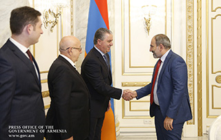 Nikol Pashinyan receives SDHP Central Board delegation