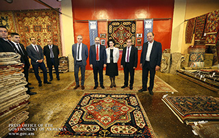 """Nikol Pashinyan a rendu visite à la société """"Meguerian Carpet"""" et a eu un dîner de travail avec des diplômés de l'Université Harvard"""
