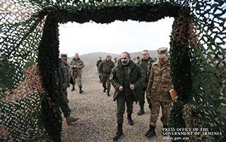 Nikol Pashinyan a visité la base militaire et a suivi la démonstration de manœuvres