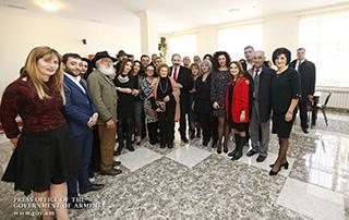 Nikol Pashinyan a pris connaissance sur place avec le processus de réparation de l'école Martouni et du stade de la ville de Sevan, il a également assisté à l'ouverture du théâtre dramatique de la ville de Gavar