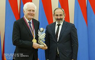 Никол Пашинян вручил Государственную премию Республики Армения за всемирный вклад в сферу ИТ соучредителю и президенту компании National Instruments Джеймсу Трушарду