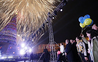 Accompanied by his family members, Nikol Pashinyan attends central Christmas tree's lighting ceremony in Yerevan