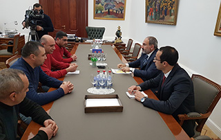Nikol Pashinyan receives retired servicemen