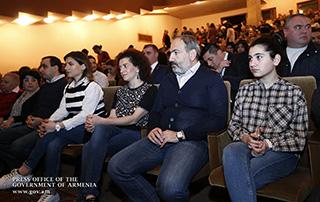 Նիկոլ Փաշինյանն ընտանիքի հետ այցելել է թատրոն և դիտել  «Ռևիզոր» կատակերգական ներկայացումը