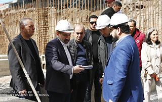 La cérémonie d'inauguration du nouveau bâtiment du Théâtre Hamazgayin a eu lieu; Avant la cérémonie, le Premier ministre a personnellement collecté les déchets des environs du théâtre