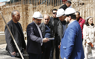 """Состоялась церемония закладки фундамента нового здания театра """"Амазгаин"""": до этого премьер-министр лично убрал мусор с территории"""