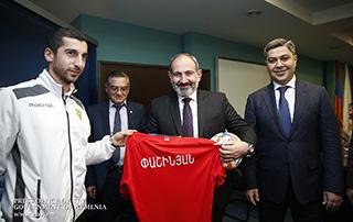 Ձեր առաքելության մեջ մաղթում եմ  հաջողություններ, որովհետև ձեր հաջողությունը յուրաքանչյուրինս է. Վարչապետը հանդիպել է Հայաստանի ազգային հավաքականի ֆուտբոլիստներին