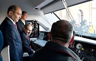 Le Premier ministre s'est rendu à Gyumri avec un nouveau train électrique Erevan-Gyumri-Erevan récemment mis en service