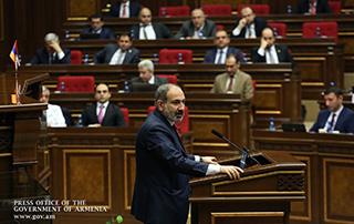 Le Premier ministre Nikol Pashinyan a également répondu aux questions d'Arman Babadjanian, député du groupe parlementaire «Arménie Lumineuse», concernant le conflit du Haut-Karabagh lors  de la discussion du rapport «Sur le processus de mise en œuvre  et les résultats du programme du gouvernement de la République d'Arménie»  à l'Assemblée nationale.