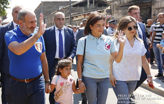 PM joins his wife and daughters to attend Gyumri Day-dated festivities