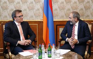 Премьер-министр Пашинян обсудил с послом Гассером развитие армяно-швейцарских отношений