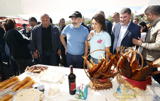 PM joins his family to attend opening of fish festival on Sevan Peninsula