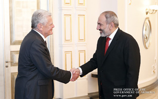 PM Nikol Pashinyan meets with former German President Joachim Gauck