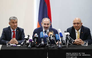 Nikol Pashinyan holds press conference in Los Angeles