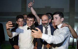 Премьер-министр в правительственном особняке принял выпускников школ приграничных общин