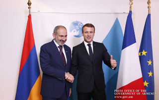 Nikol Pashinyan, Emmanuel Macron hold private talks on margins of Paris Peace Forum