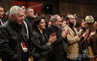 Accompanied by his spouse, PM attends concert by Israeli jazz bassist Avishai Cohen and Artist Emeritus of Armenia Vahagn Hairapetyan