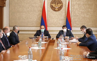 Nikol Pashinyan, Arayik Haroutunyan discuss economic development and cooperation-related issues with banking system representatives