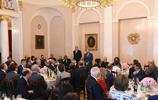 PM attends working dinner with Armenian community representatives in Moscow
