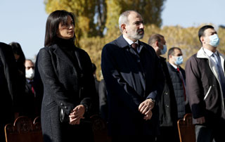 PM Nikol Pashinyan, his spouse attend ceremony in memory of fallen heroes