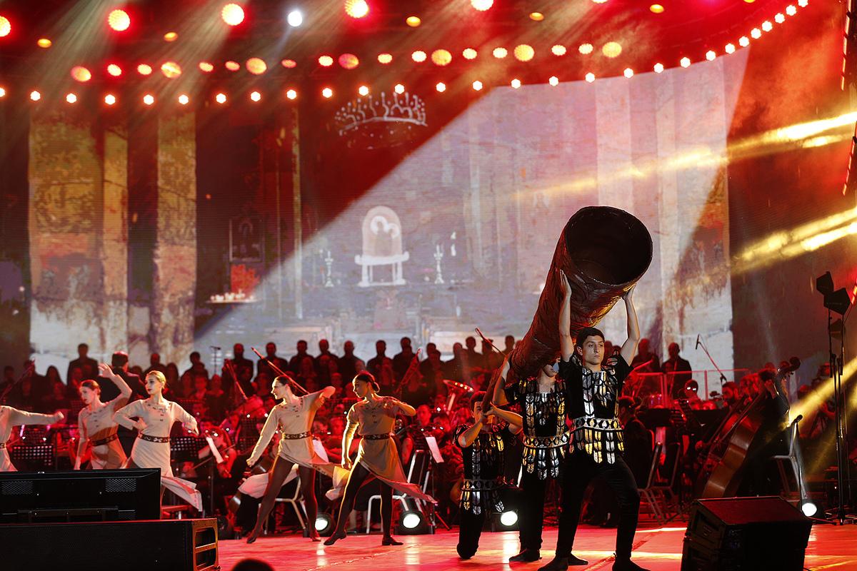 Президент и премьер с супругами присутствовали на праздничном концерте на площади