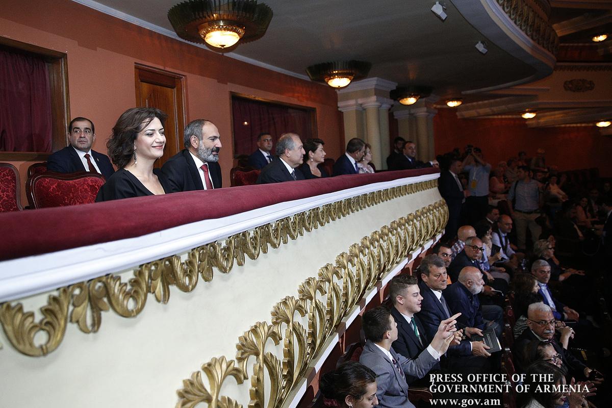 Никол Пашинян с супругой Анной Акопян присутствовали на официальной церемонии вручения премии «Аврора»
