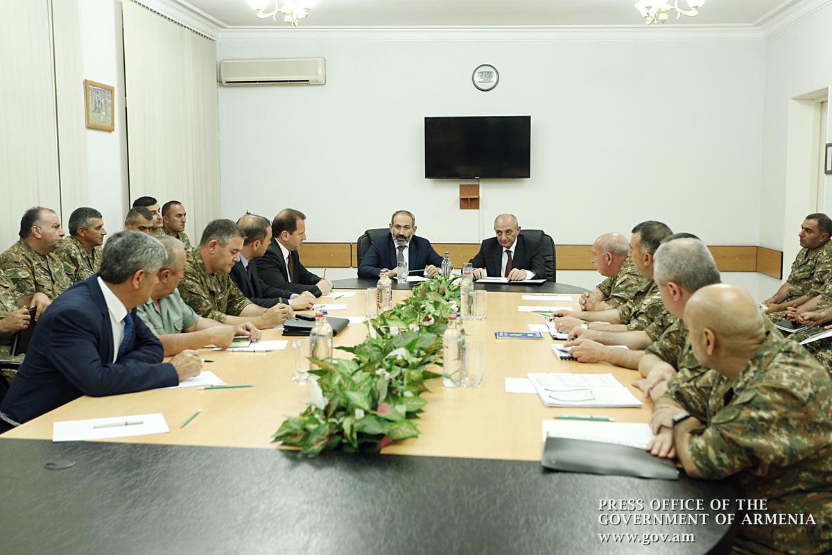 Совещание в штабе Армии обороны Арцаха во главе с Николом Пашиняном и Бако Саакяном