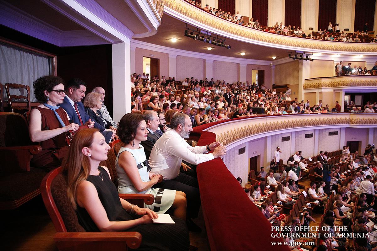 Пашинян присутствовал на торжественном отктытии «Золотого абрикоса» и следил за «Игрой легенд»