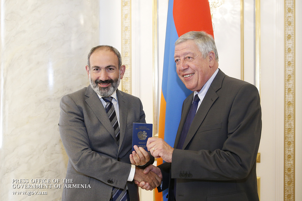 Пашинян вручил паспорт Армении Франсуа Рошблуану