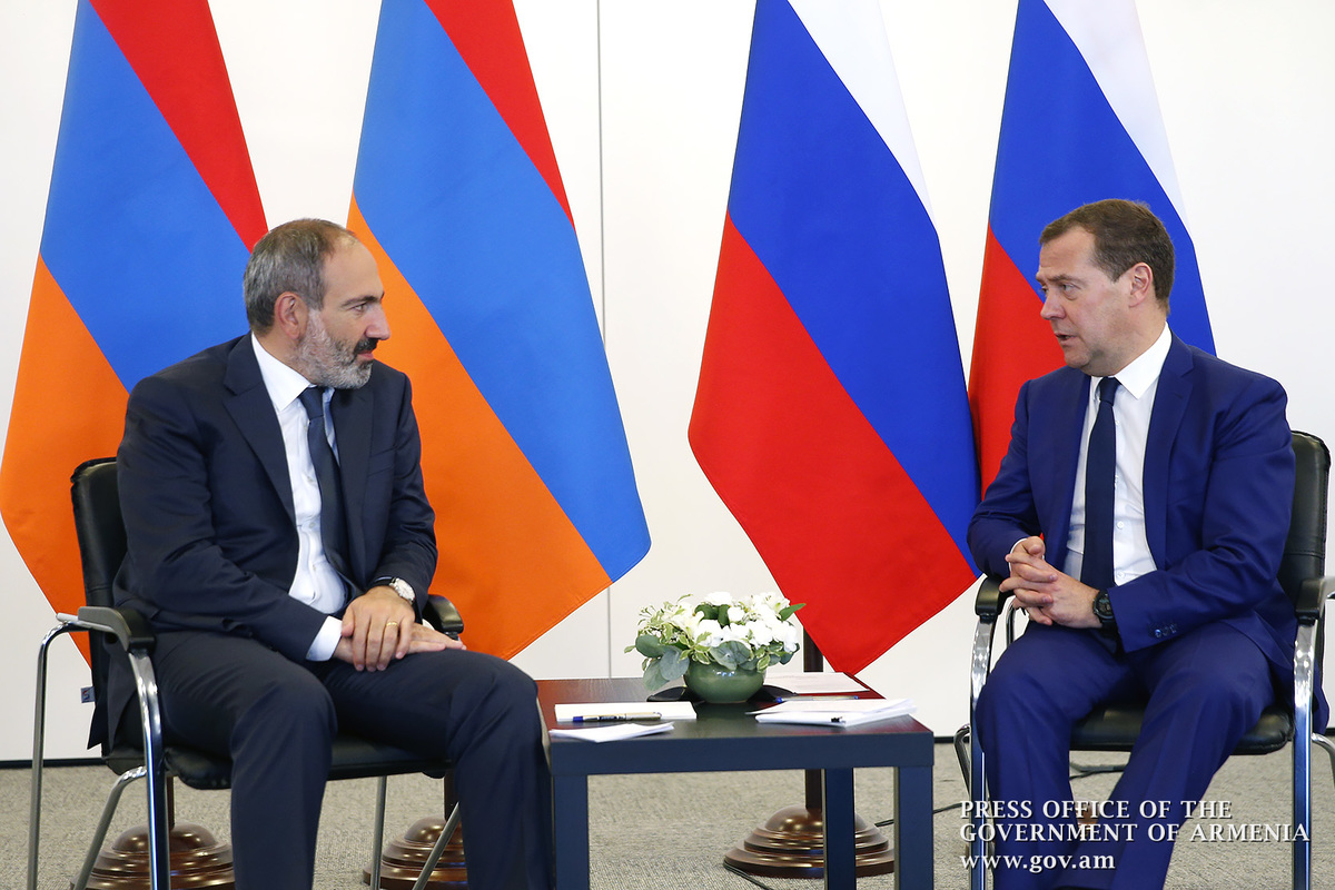Пашинян на встрече с Медведевым: Отношения Армении и РФ развиваются очень продуктивно и эффективно