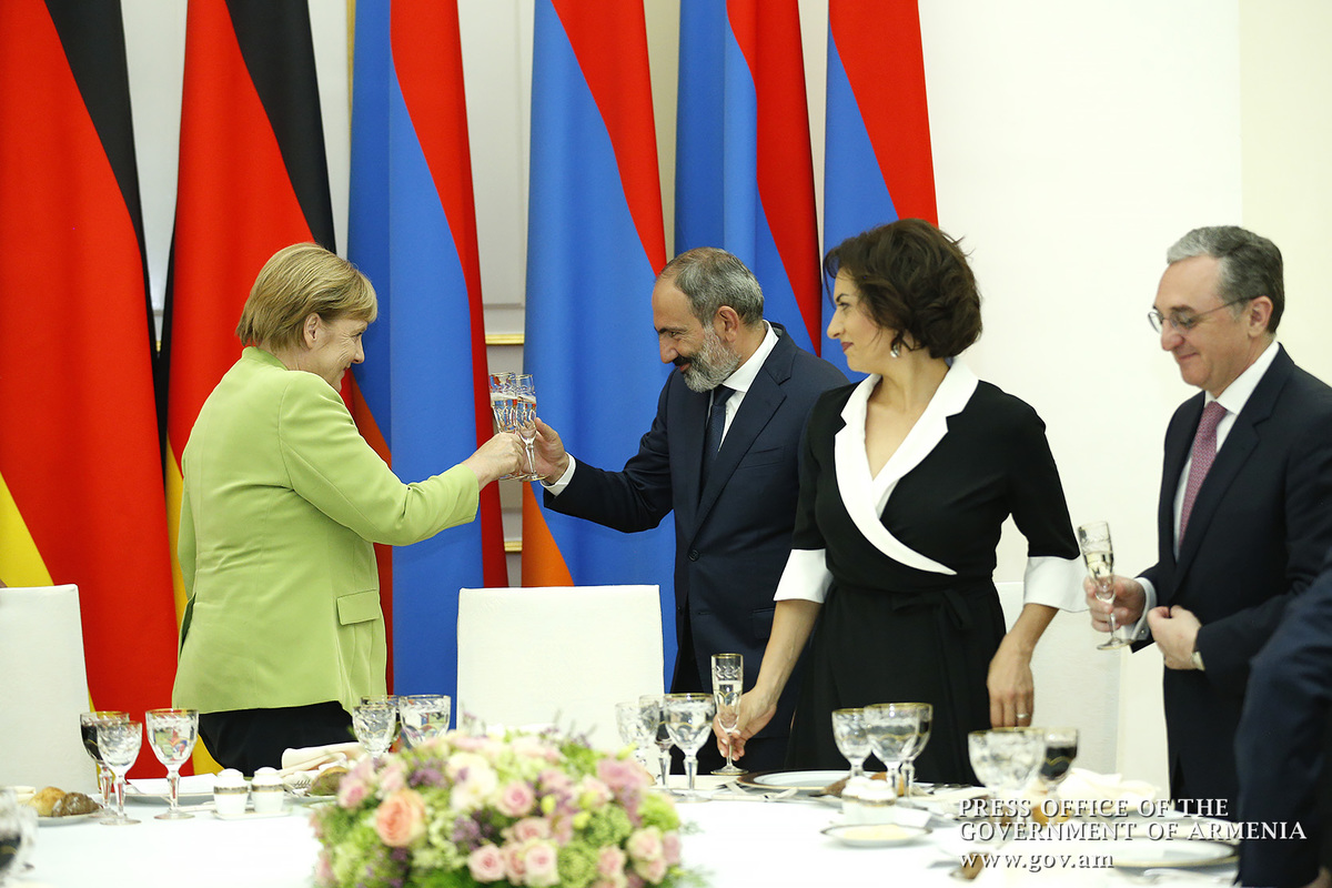 Меркель пригласила Пашиняна посетить Германию