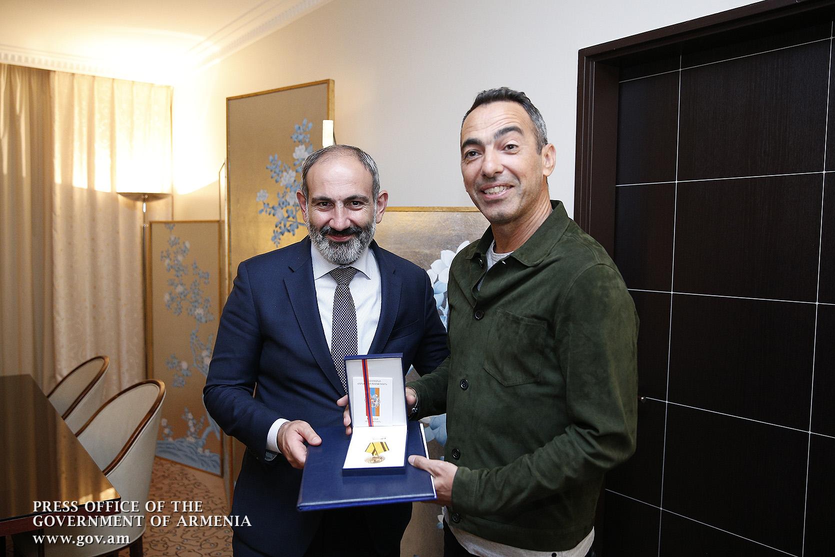 Премьер в Париже наградил знаменитого футболиста Юрия Джоркаеффа медалью