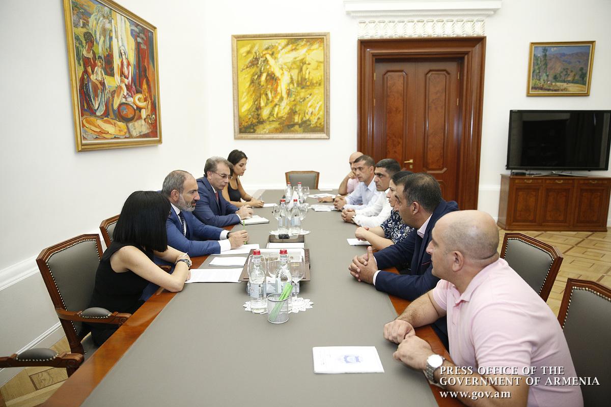 Пашинян принял представителей инициативной группы демобилизованных после многолетней службы офицеров