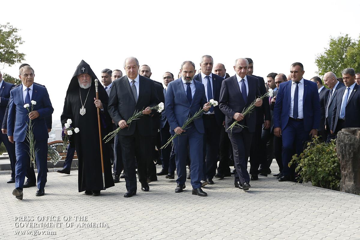 Представители высшего руководства Армении и Арцаха посетили воинский пантеон «Ераблур»