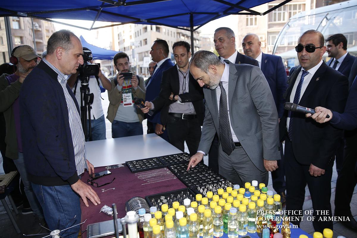 Никола Пашиняна на Северном проспекте в центре Еревана хотели одарить подарками, но он отказался