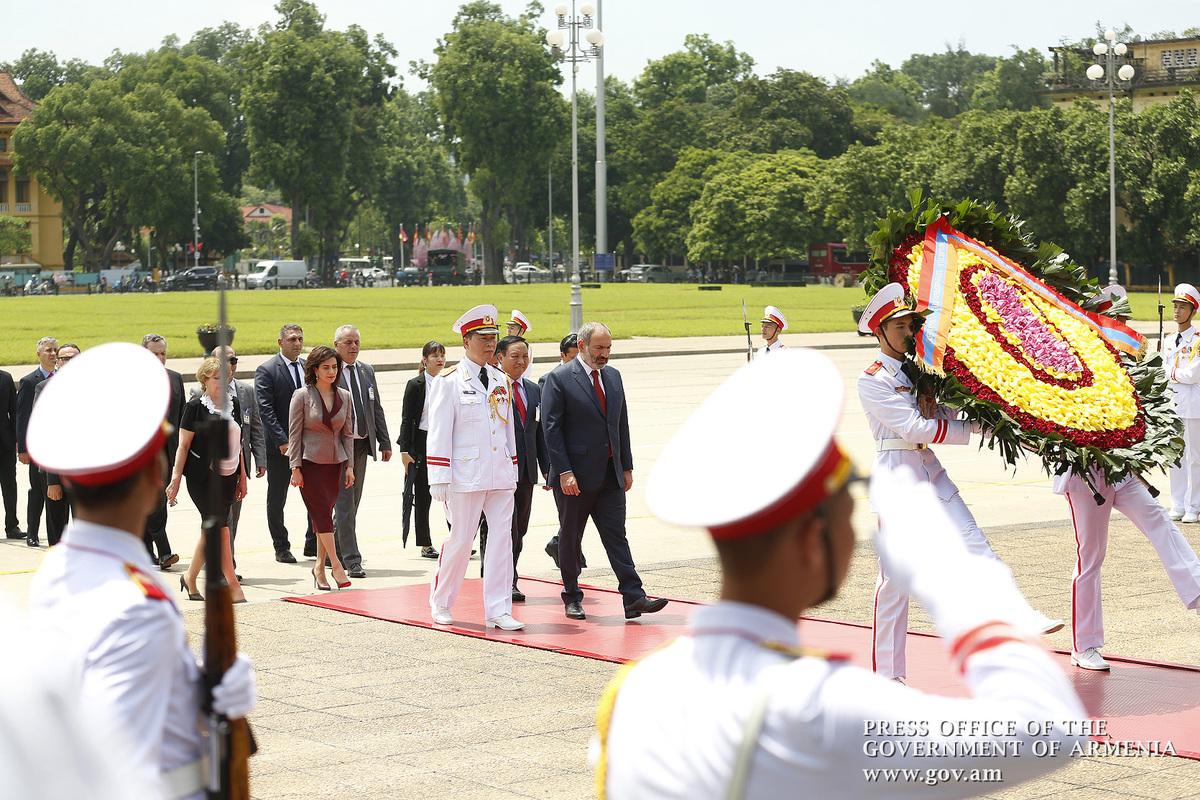 Премьер Армении Никол Пашинян воздал дань уважения памяти героев Вьетнама и Хо Ши Мина