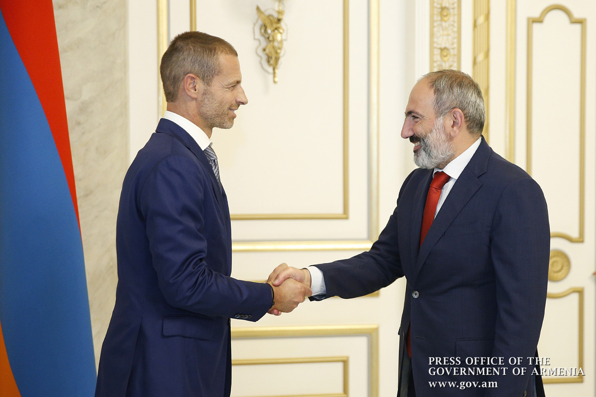 Премьер Армении встретился с президентом УЕФА