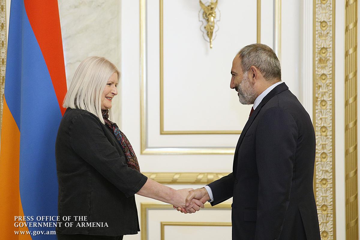 Премьер провел прощальную встречу с послом Великобритании в Армении