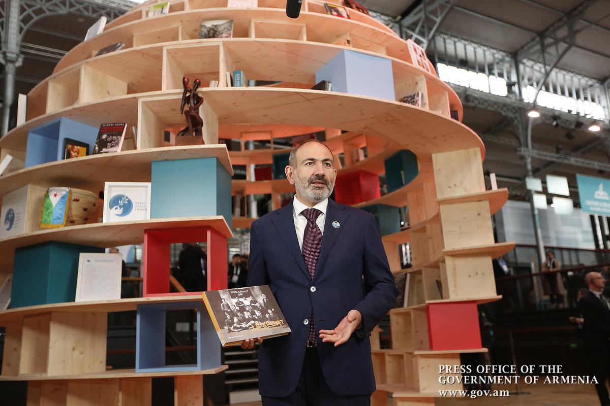 Пашинян подарил Библиотеке Парижского форума мира книгу об армянском спорте
