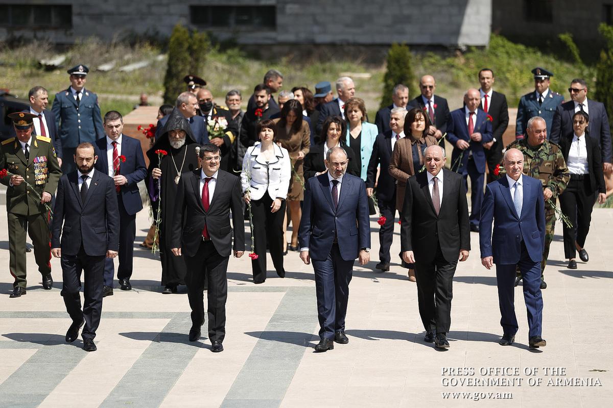 Премьер-министр Пашинян и госпожа Анна Акопян в Арцахе приняли участие в мероприятиях по случаю тройного праздника