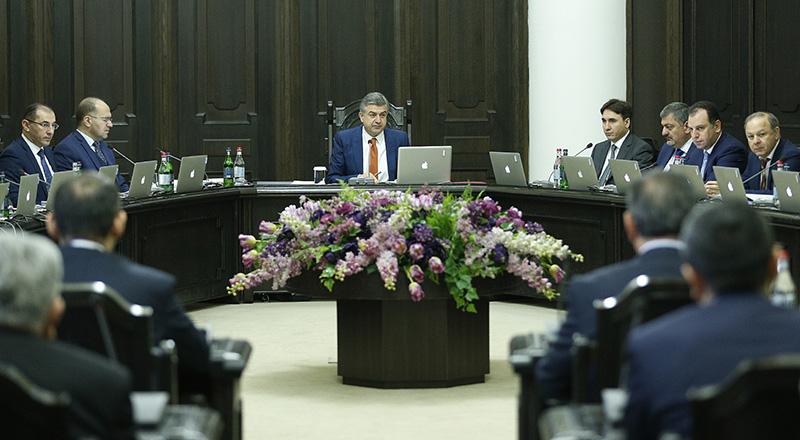 Карен Карапетян пожелал всем отличного настроения и хорошей работы